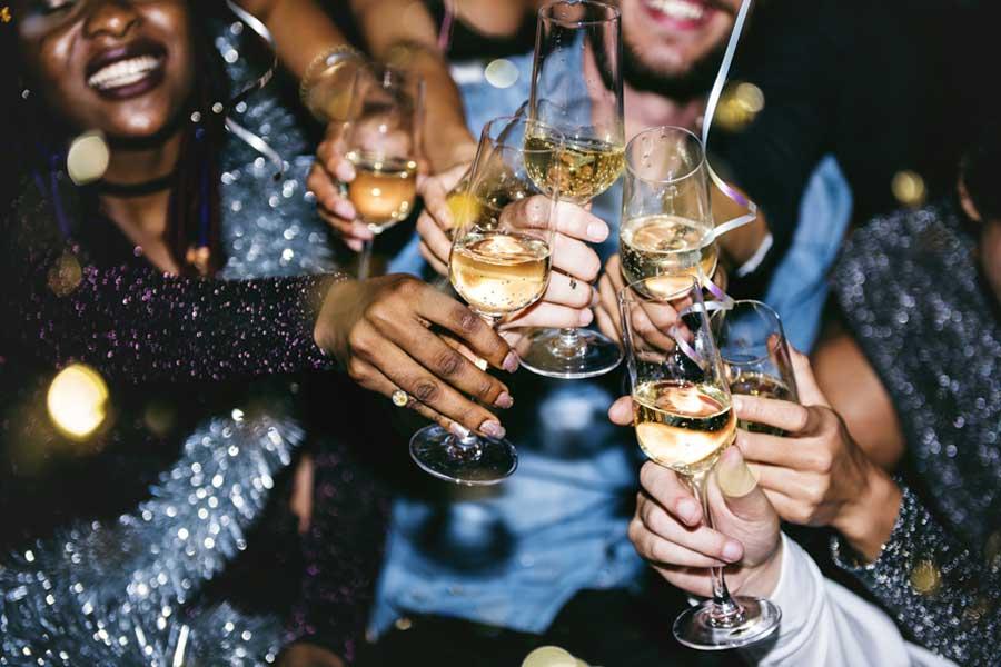 Nên uống rượu cách chậm rãi để làm giảm tình trạng cơ thể phải hấp thụ một lượng cồn quá lớn